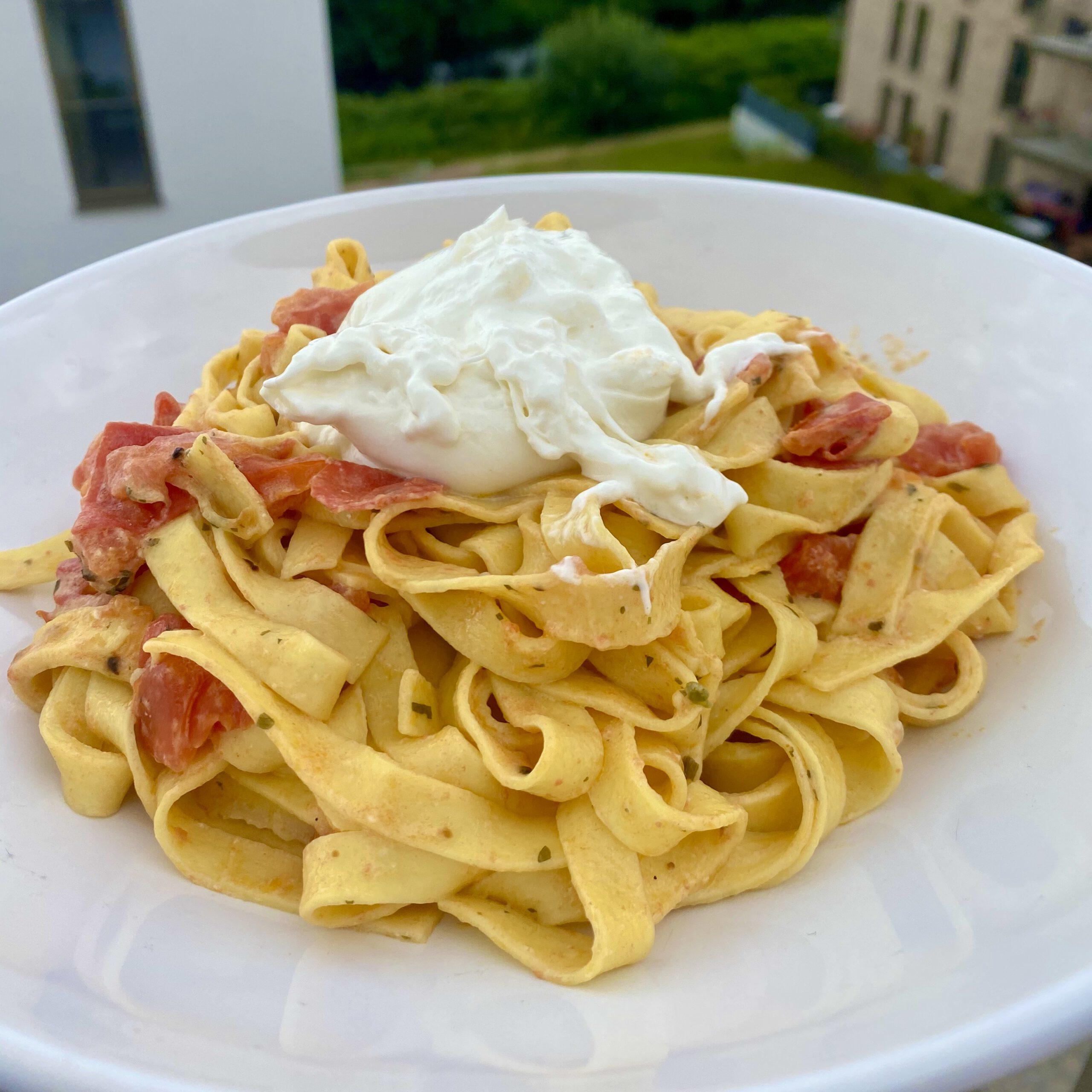 Tagliatelle mit Burrata und Tomaten in Weißwein-Soße: ein einfaches Rezept für leckere und cremige Pasta